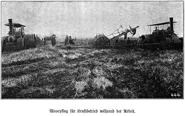 Moorpflug für Kraftbetrieb während der Arbeit (1912)