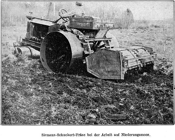 Siemens-Schuckert-Fräse bei der Arbeit auf Niederungsmoor (um 1930)