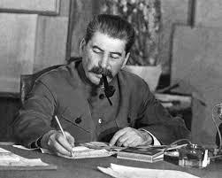 """""""Väterchen Stalin"""" schmaucht sein Pfeifchen und studiert Todeslisten."""